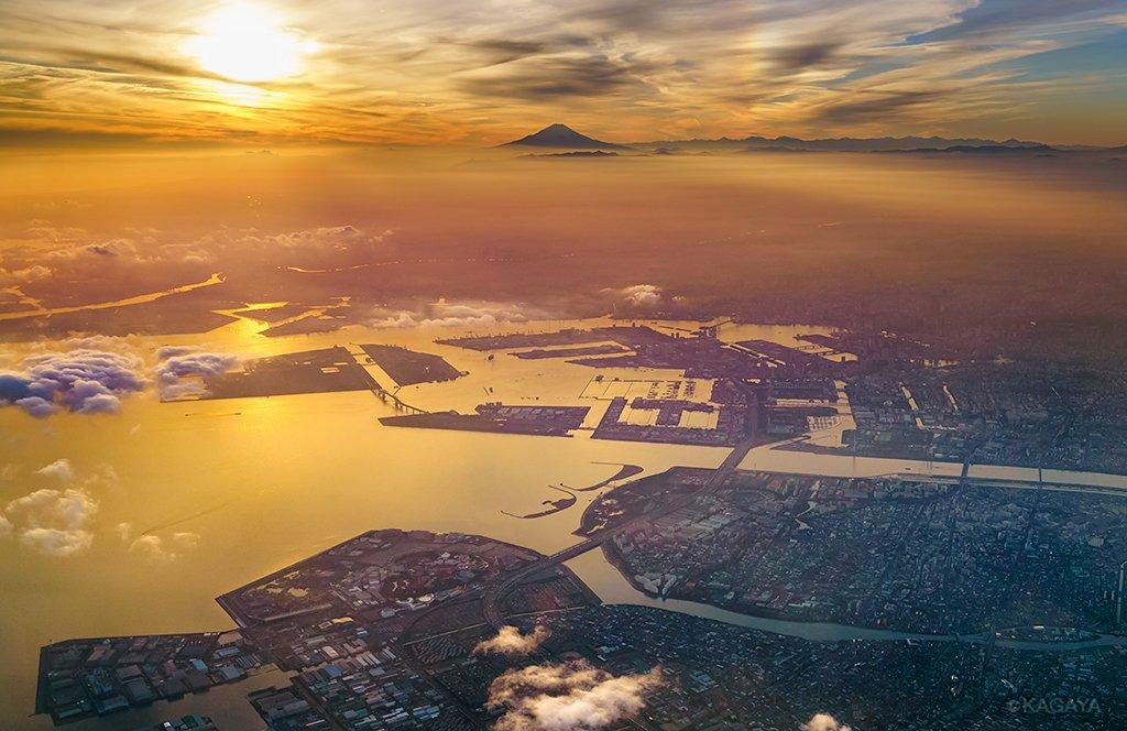 昨日の東京湾の夕日。いろいろ写りました。富士山、幻日、レインボーブリッジ、お台場、ディズニーランド。(飛行機の窓から撮影) pic.twitter.com/xPfTPxjUzz