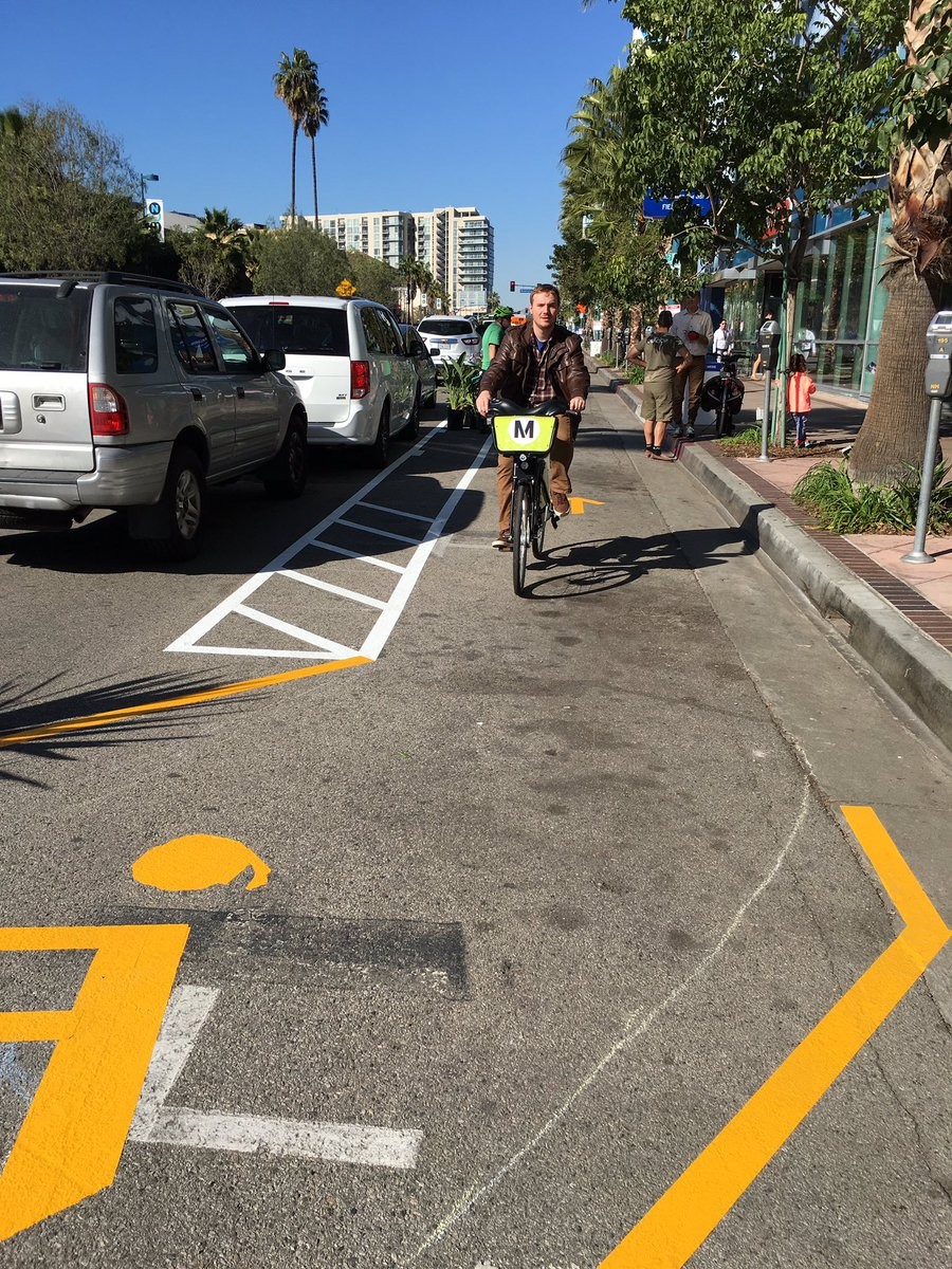 People are loving the pop up protected bike lane! @BikeMetro @LAGreatStreets @PaulKrekorian https://t.co/SQD5a9gZJ1