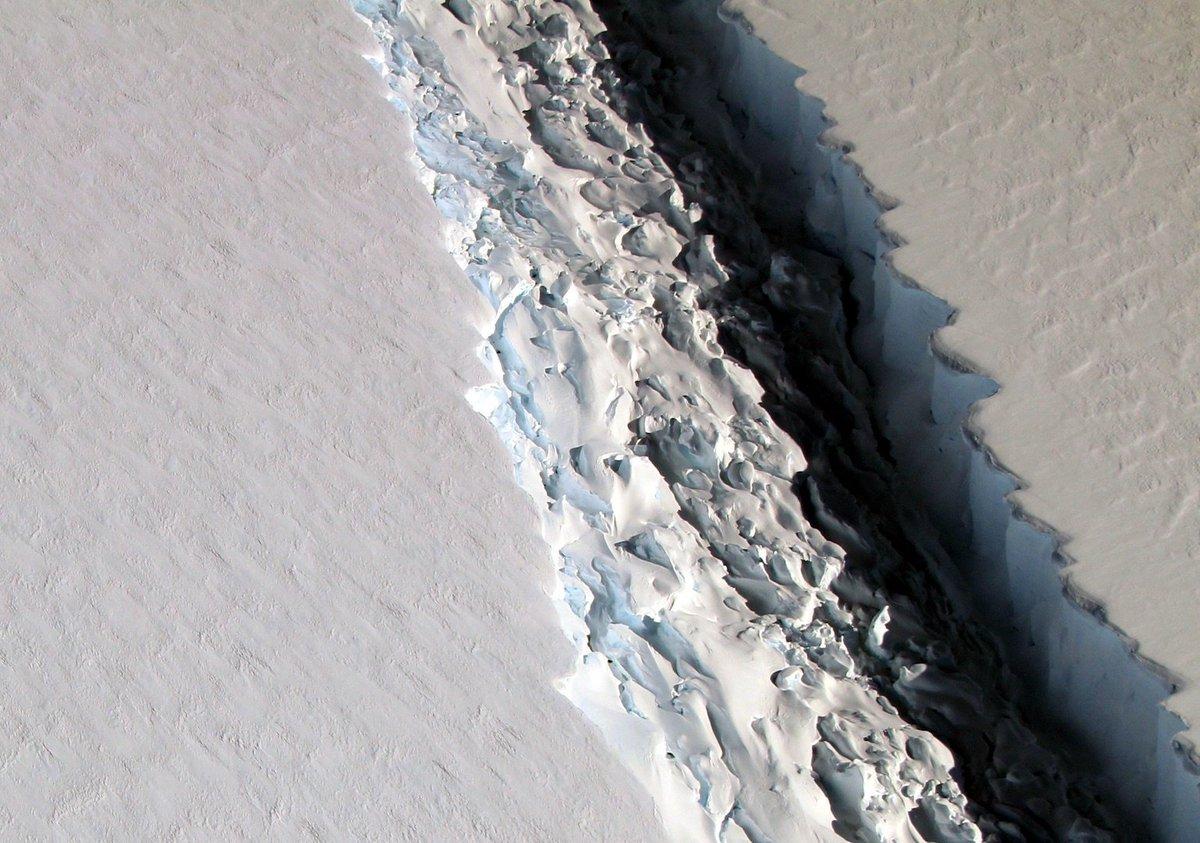 NASA photo reveals a startling 300-foot-wide rift in Antarctic Ice Shelf https://t.co/mHpu5s3pqX https://t.co/xqGEoO0w2o