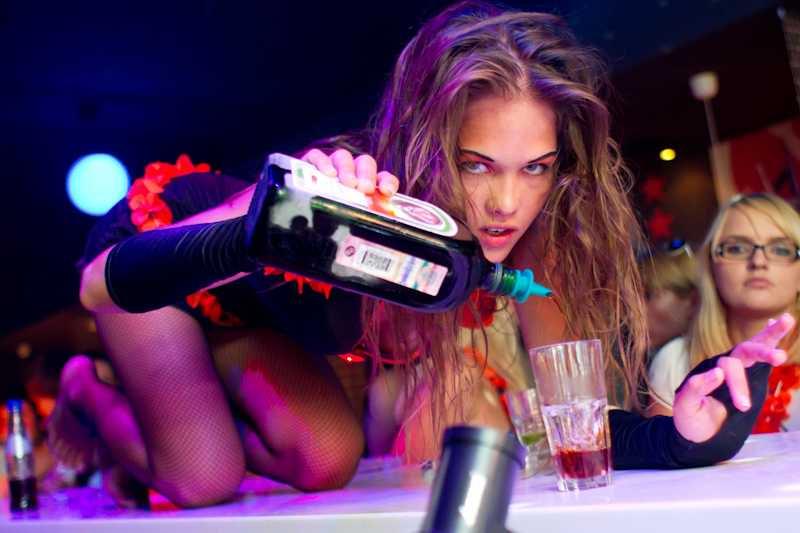 Сексуальные девчонки зажигают в баре