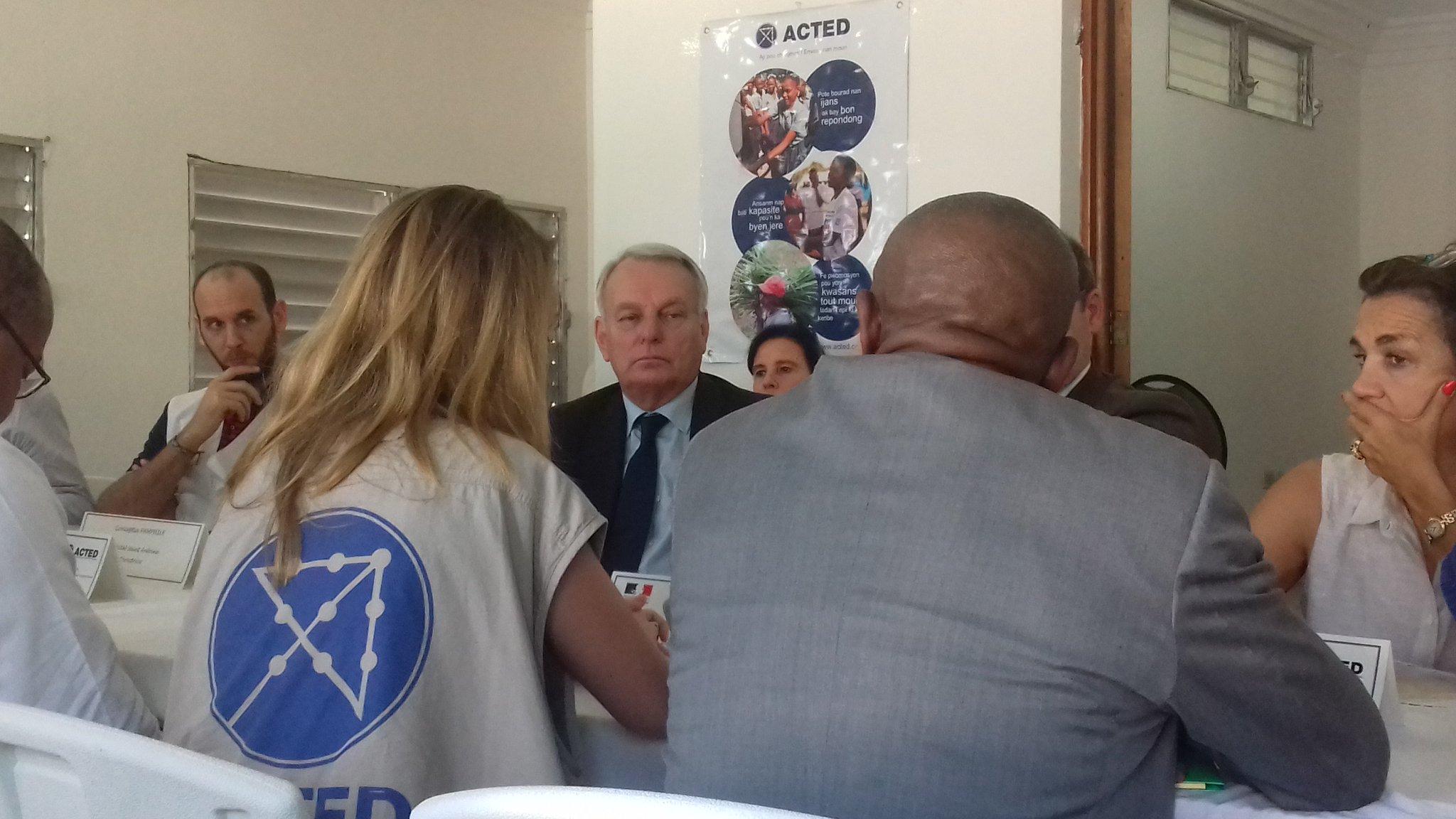 Jean-Marc Ayrault à Jérémie #Haïti avec ACTED pour parler de la réponse humanitaire d'urgence à #OuraganMatthew https://t.co/uuz0bzVuOc