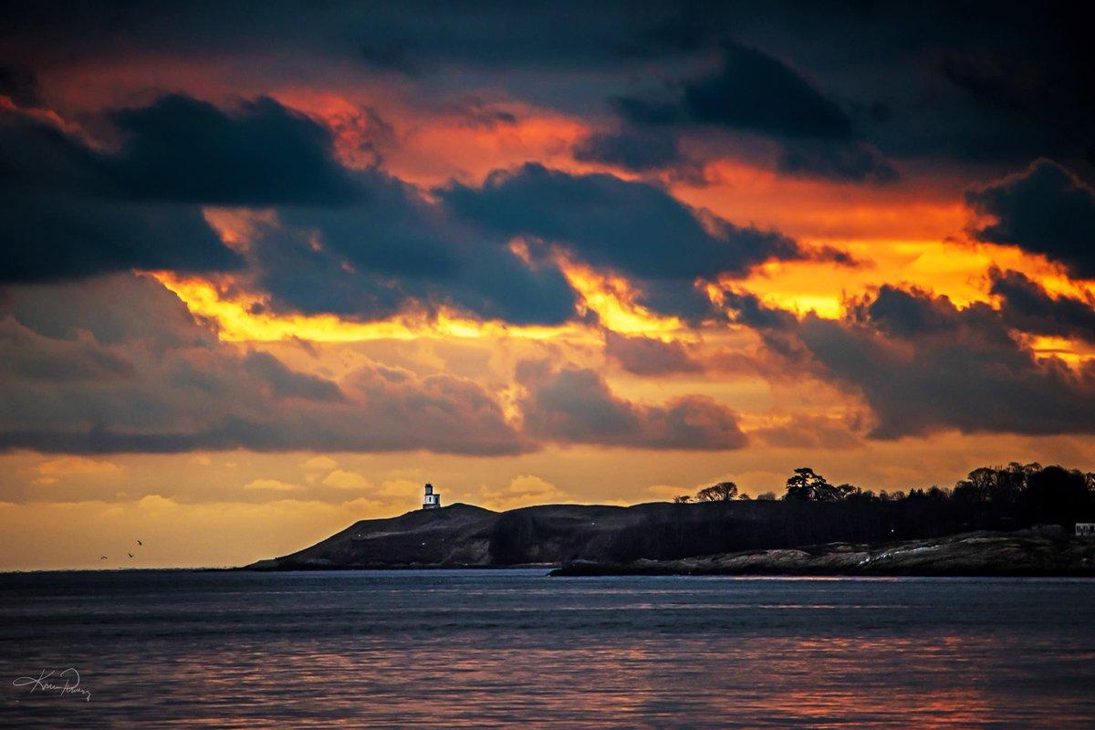 Stunning #sunset over #LopezIsland last night! Thanks to friend Karlena Pickering for sharing. 😍😍  #komoLOZ