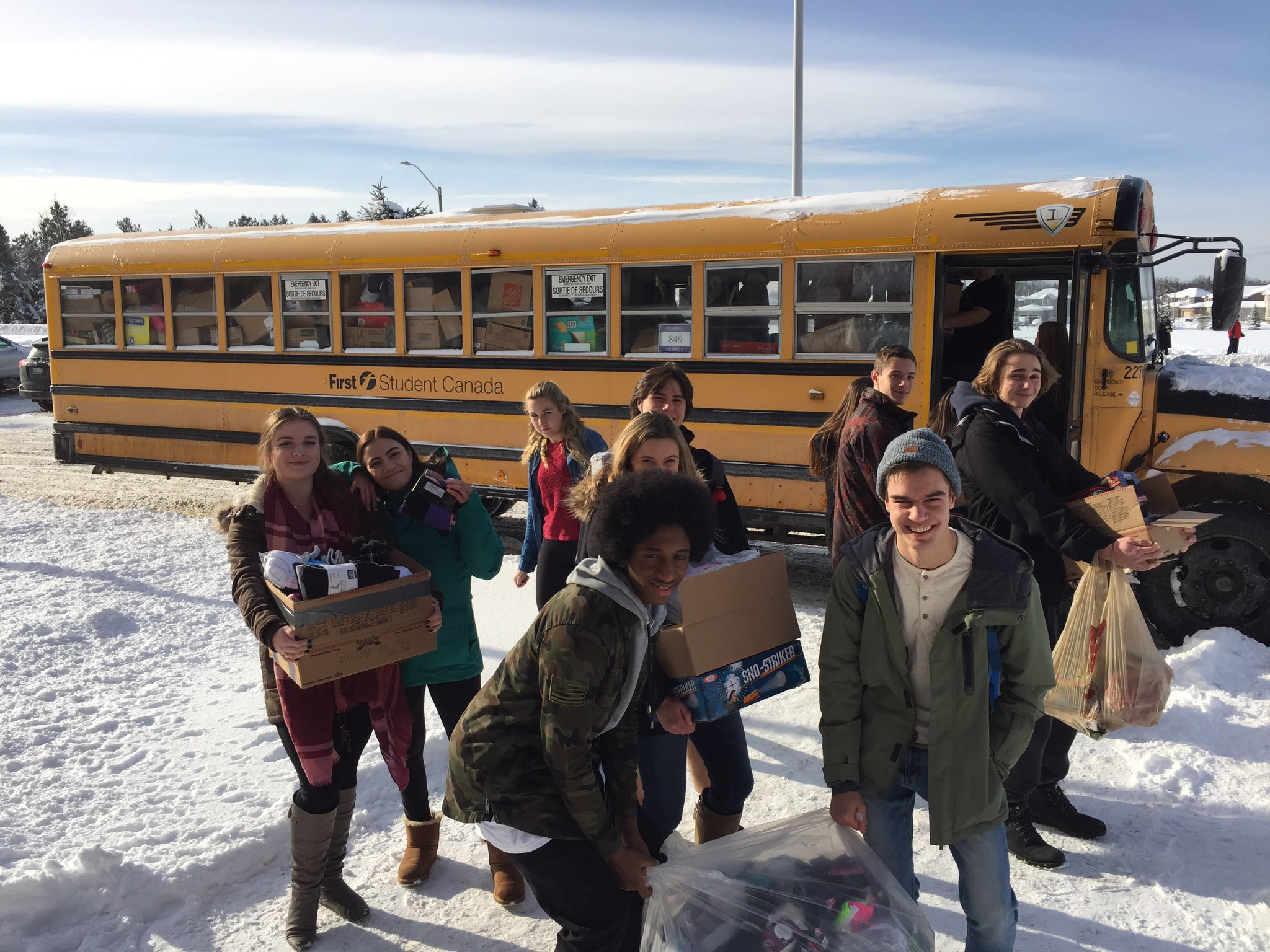 L👀K! It's the bus of cheer! Great job, Knights! Thanks 4 all the donations to  @BarrieXmasCheer #smcdsbcelebrates #JOAproud @KnightZoneJOA https://t.co/EcTn0Df0aq