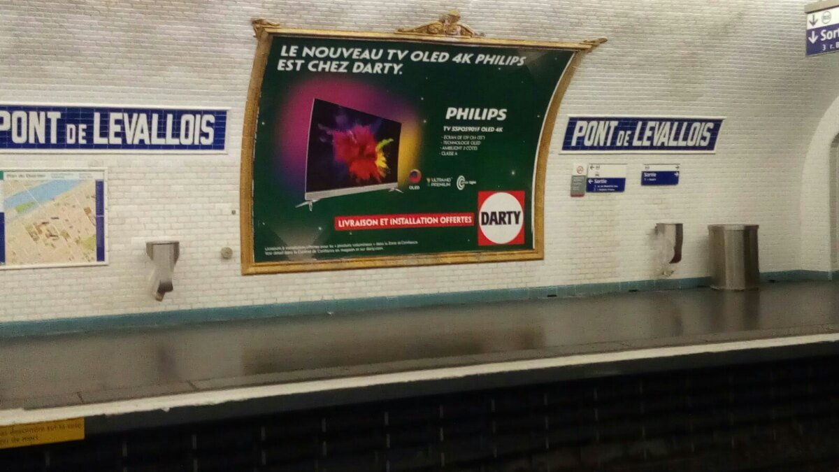 L'#OLED Philips prend le métro ! #ambilight https://t.co/5FjyN1DFpI