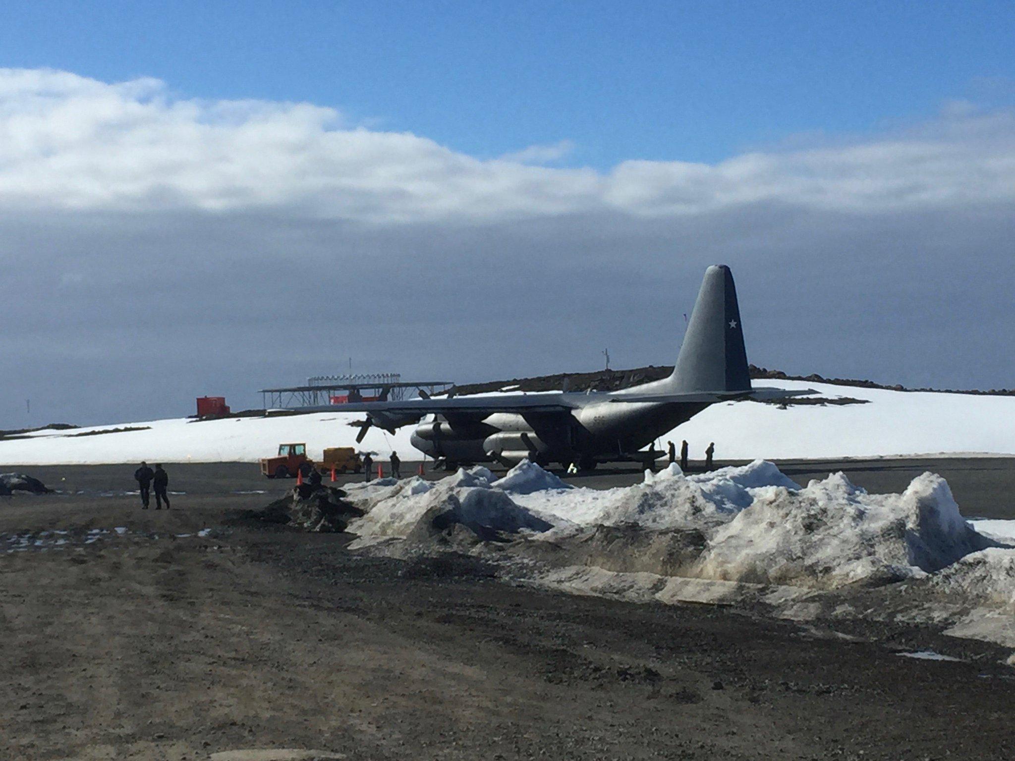 We flew to Antarctica in a loud Chilean military LC-130. Volamos a la Antárctica en un LC-130 ruidoso que pertenece al ejército Chileno. https://t.co/9TmhsmNn0y