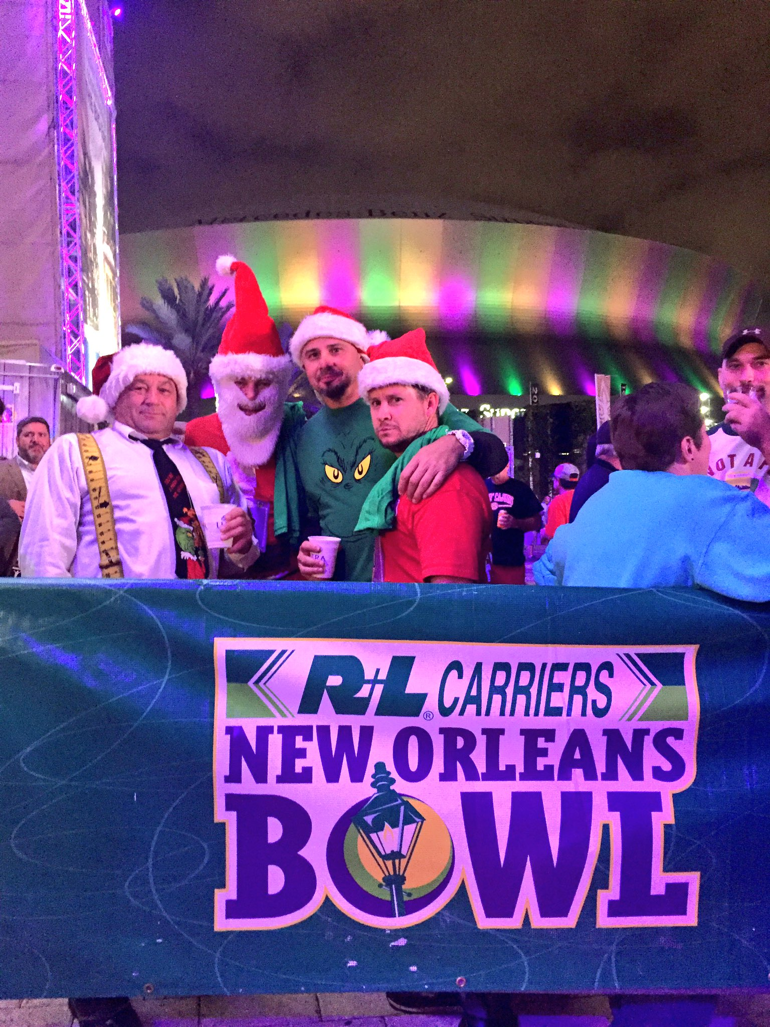 Santa is here at the @ginblossoms and Better Than Ezra #neworleansbowl concert at @ChampionsSquare! #followyourjoy #followyournola #rlbowl https://t.co/Lgn8MGPtSp