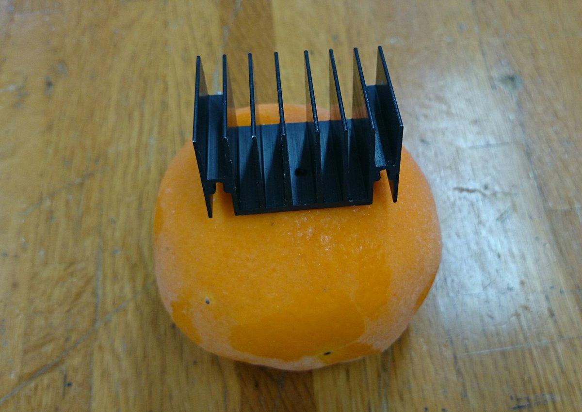 放熱板は熱を逃がすだけでなく、冷凍した刺身やみかんを素早く解凍するのにも使える。お試しあれ。