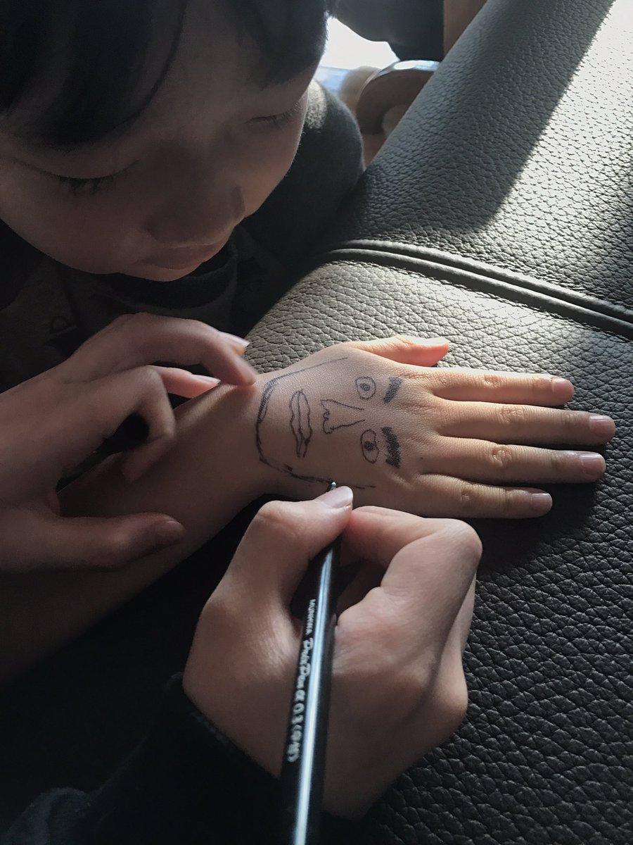 동생 손등에 낙서를 하더니... https://t.co/7EnxZfSkyr