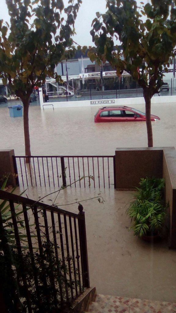 Una vergüenza que Murcia city quede bloqueada cada vez que caen cuatro gotas y media. https://t.co/Htt3IqfwOT