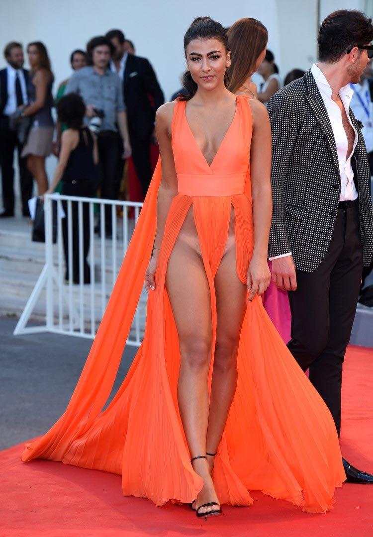 Фото девушек в платьях без нижнего белья онлайн