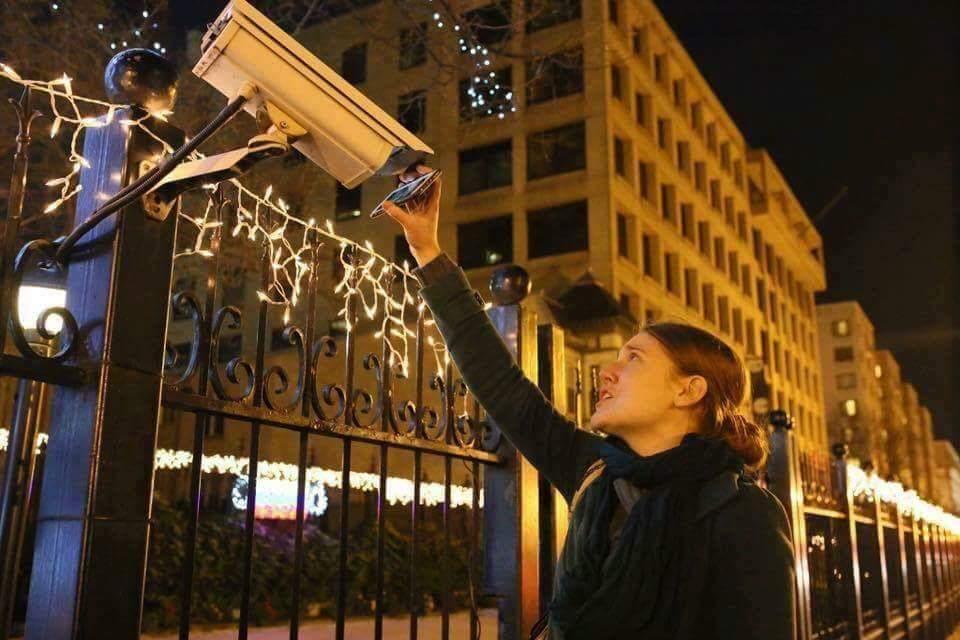 Månadens bild:  Tysk kvinna spelar upp krigsscener&klipp på offer i Aleppo för ryska ambassadens övervakningskamera. https://t.co/20eAtI2ReZ