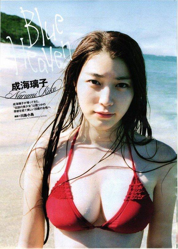 赤い水着姿の成海璃子さん