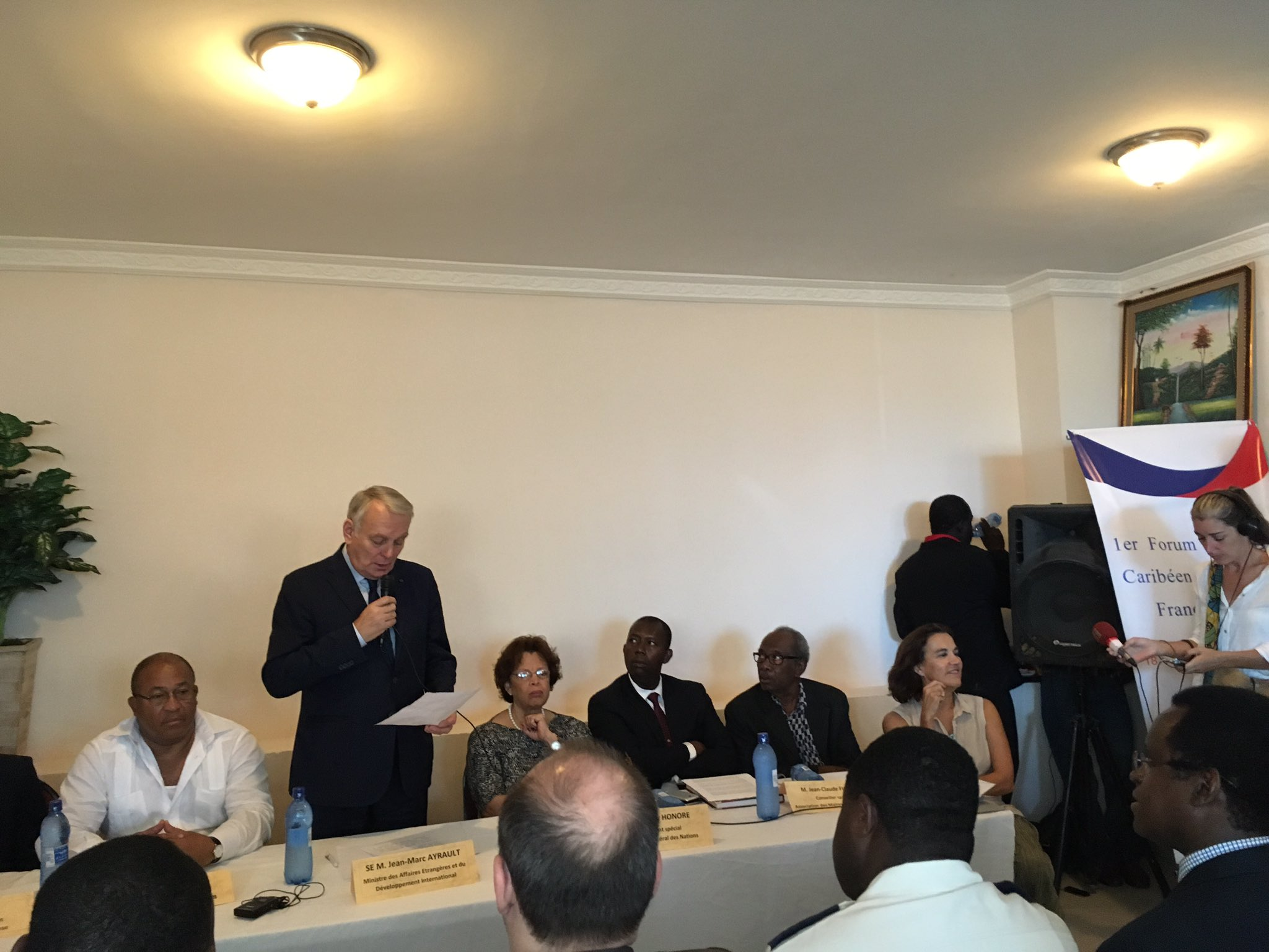 Rencontre des maires francophones d'#Haiti, Martinique et Guadeloupe, hommage de @jeanmarcayrault à la coop. dez: un défi pour @AFD_France https://t.co/1P9N0t6iSX