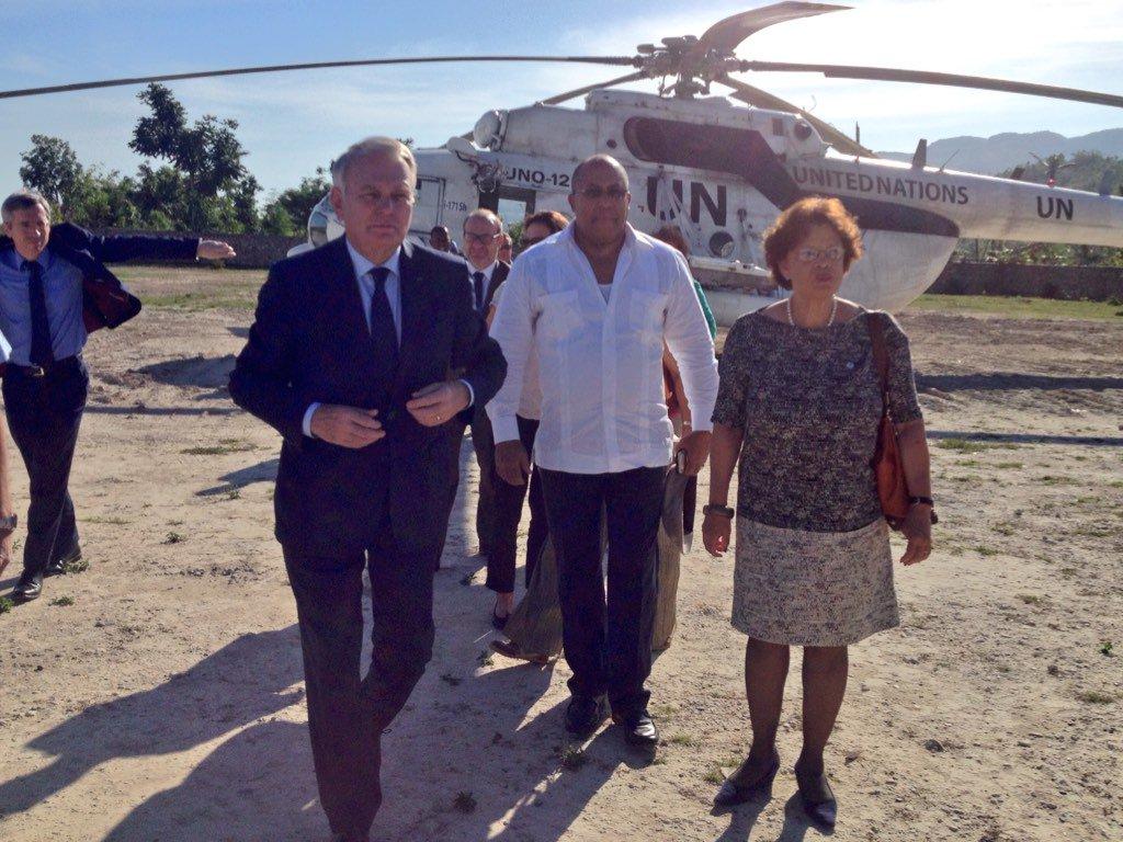 Le ministre français des affaires étrangères @jeanmarcayrault avec son homologue haïtien et Sandra Honoré #Haiti https://t.co/hTmJ8JUKme