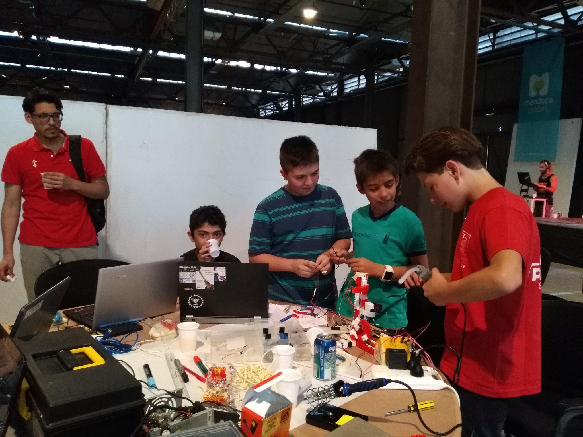 #HackathonMendoza los niños muy activos pensando soluciones en colaboración @probotschool @gracielabertanc @GoldLuciana https://t.co/0wmMjalDPV