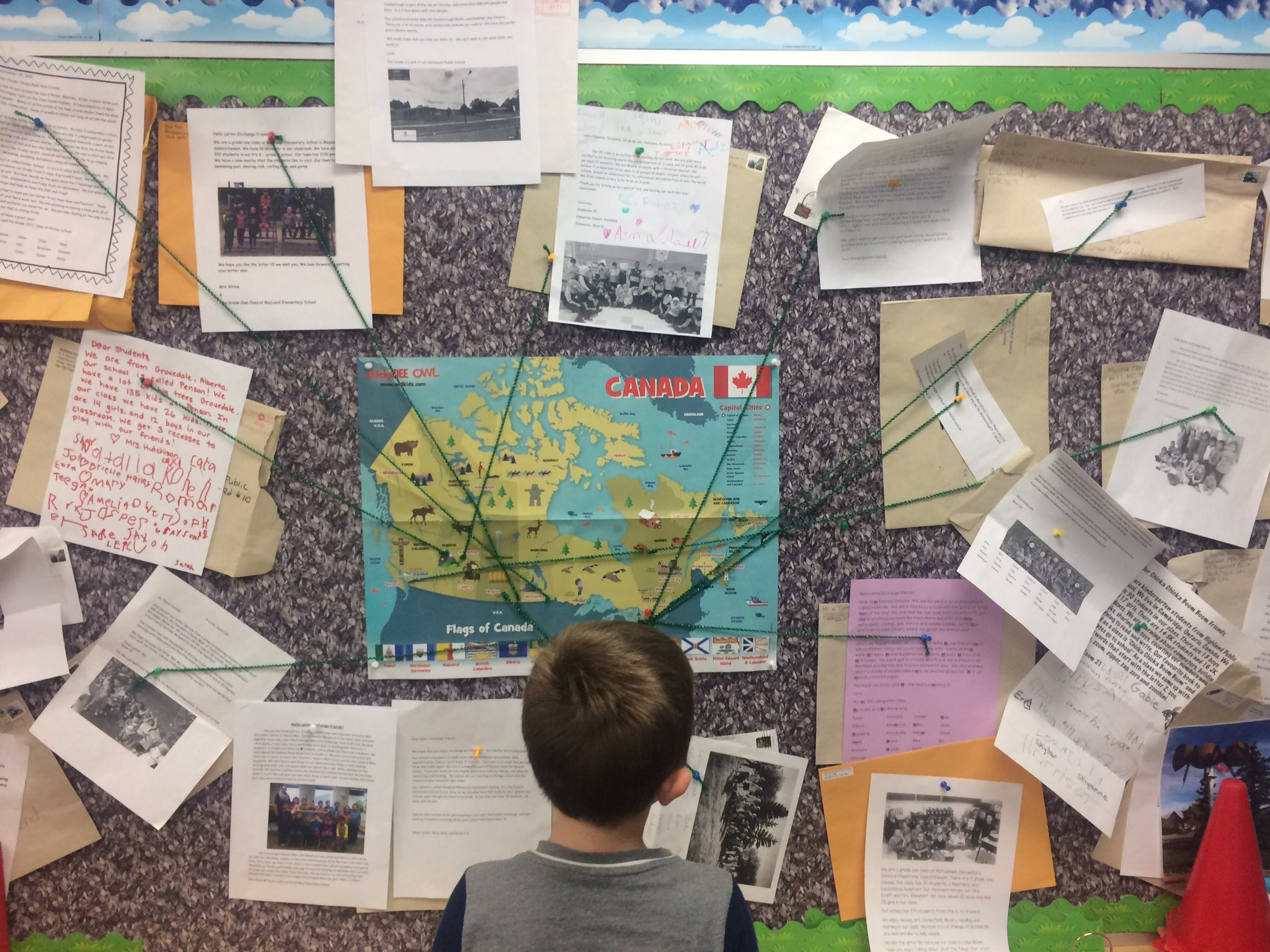 Getting mail is so exciting. Students @vkgreerps FDK class showed me the many letters they've received from all over Canada. #tldsblearns https://t.co/ZMO3UD5tMi