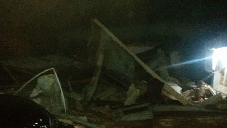 Warkop Umar Kumis roboh di Ulee Glee dekat SPBU, Pidie Jaya akibat Gempa #prayforaceh Aceh @infobencana https://t.co/oiiSJx5Udl