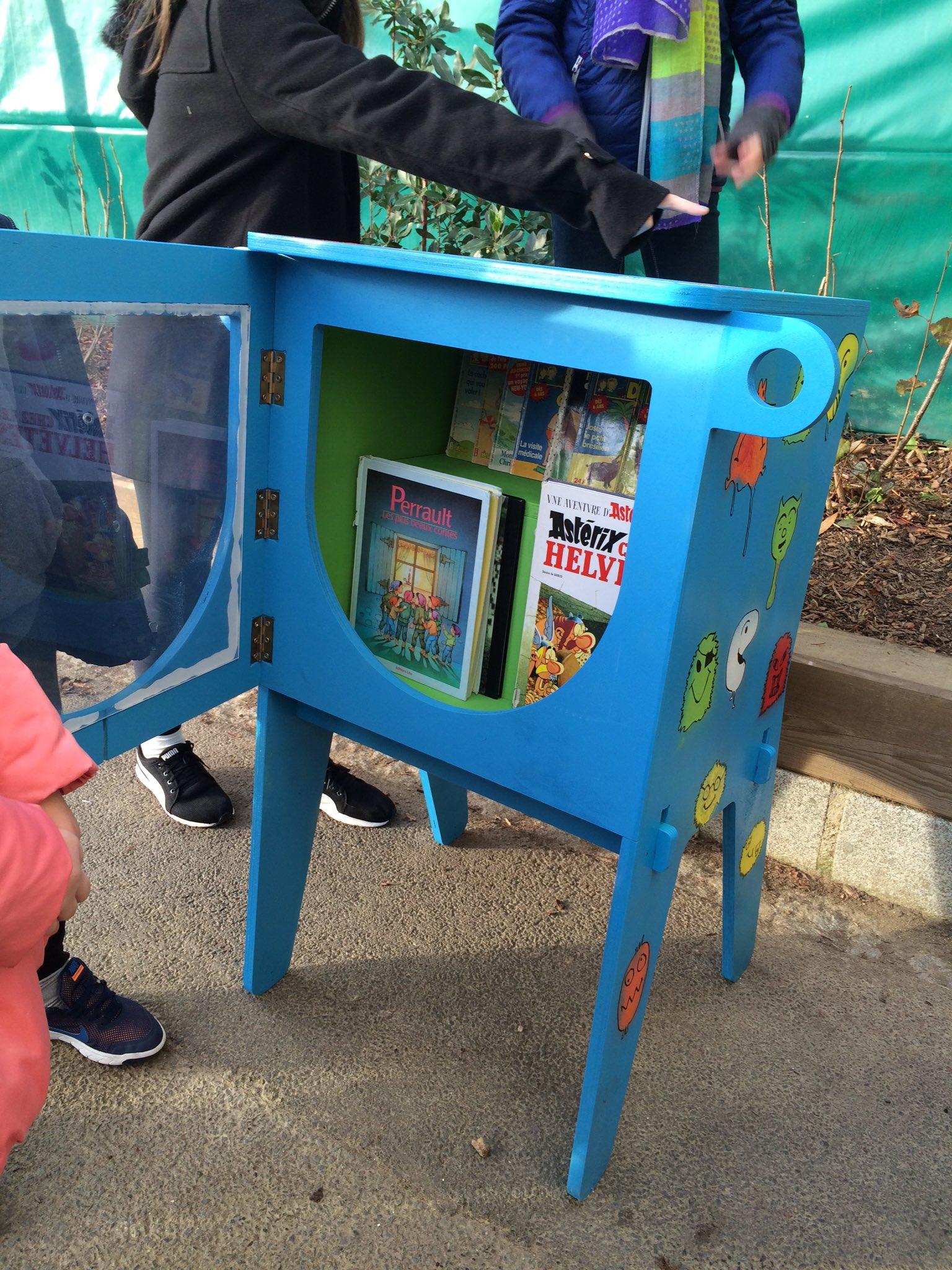 """Installation ce matin du 1er """"Monstrolivre"""" à l'école Clemenceau #Rennes. Des livres en libre service... Beau succès. Merci aux équipes https://t.co/8nrftys7eE"""