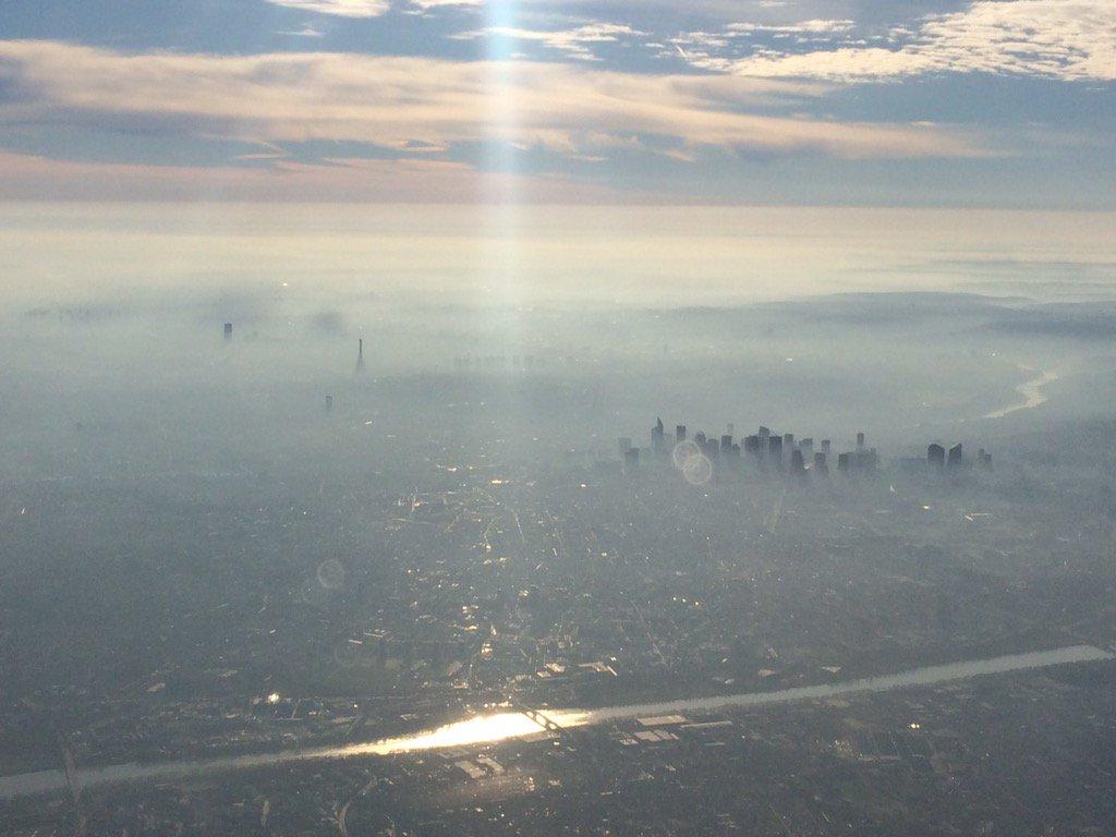 Pic de pollution à Paris, vu du ciel https://t.co/Ecf32Zj7MV