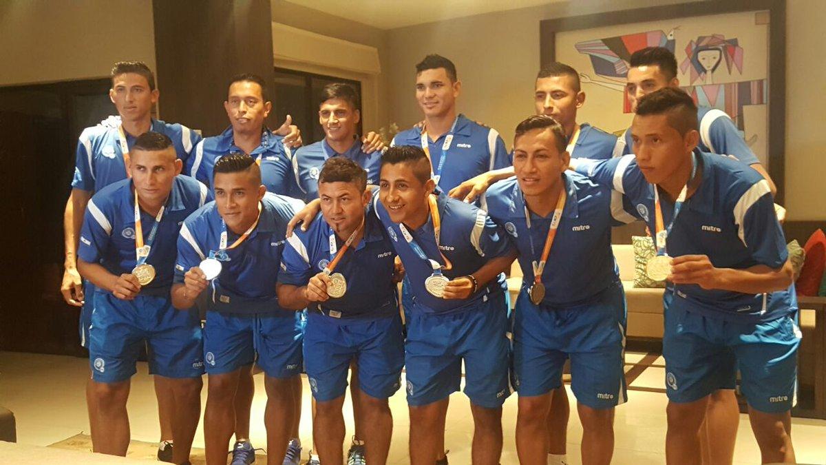 III Juegos Bolivarianos de Playa en Iquique Chile: El Salvador 5 Paraguay 3. CAMPEONES.  Medalla de Oro. CzHM2a3UkAAN2g9
