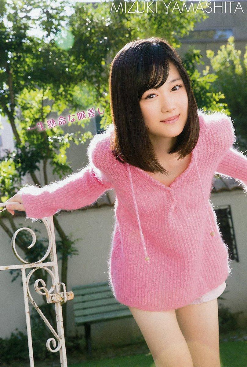 ピンクのセーターがキュートな山下美月