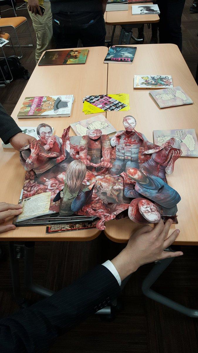 「世界のマンガをゆるーく考える会」で見た「Walking Dead」の飛び出す絵本ヤバイ(笑)すごい細かいギミックで顔がクラッシュしたりします。 https://t.co/dizuXQhZgD