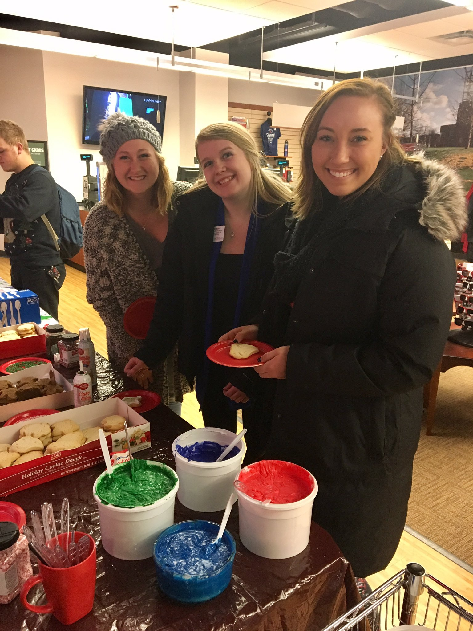Shout-out to the @SVSUBookstore for hosting a cookie decorating event today! We're loving the holiday cheer! #WeCardinal https://t.co/00tId7MqMy