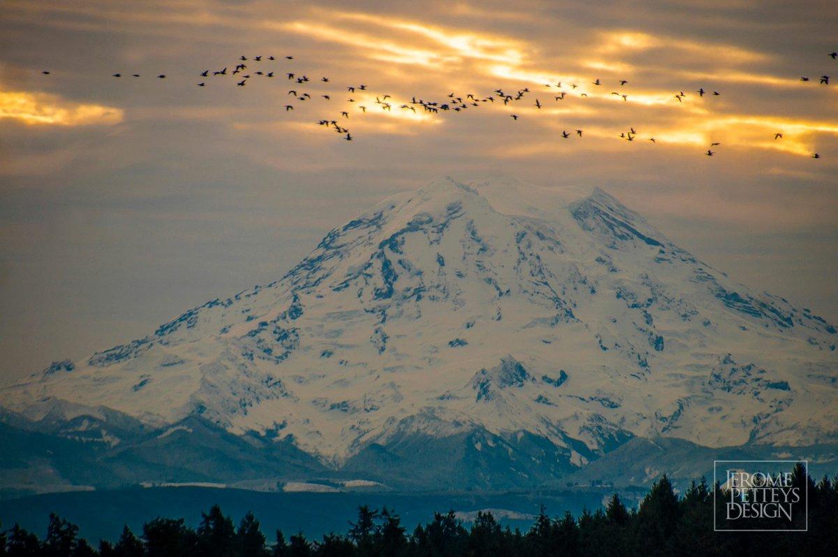 A lovely sunrise behind Mount Rainier. Thanks for sharing, Jerome Petteys! komoLOZ
