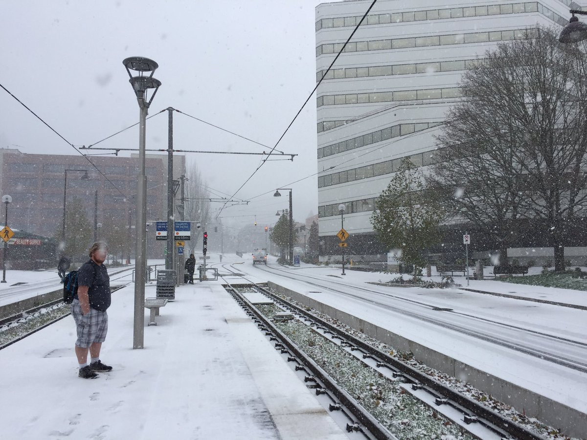 This bro killing it right now with the shorts/tee combo in #portland #pdxtst @Oregonian https://t.co/cALWkLqKwQ