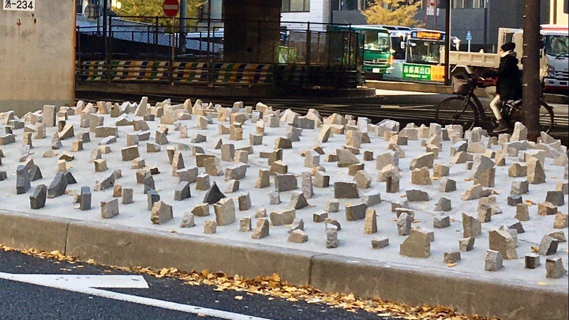 道玄坂上交差点のヘタ地(専門的にはなんて言うのかな)では植栽から枯山水にしたんだよね。しかしこれで完成だったとは。 https://t.co/lgG9dRrkO7