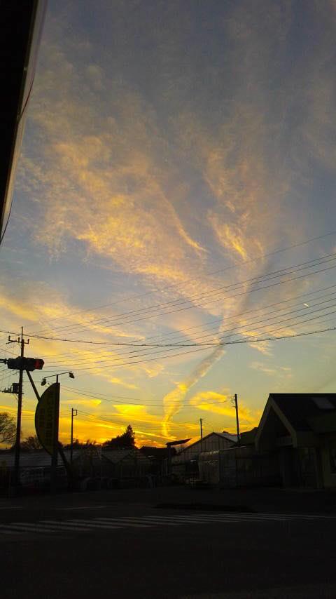 【激写!!】編集部のつぶやき。。。 夕焼けが綺麗だなと思ったら、なんとも謎めいた空模様でした!! 竜巻?地震雲??何事もありませんように……と祈る今日のつぶやきです。 https://t.co/15USK1I4PG