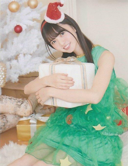 クリスマスツリーの衣装を着てプレゼントを抱きしめる齋藤飛鳥