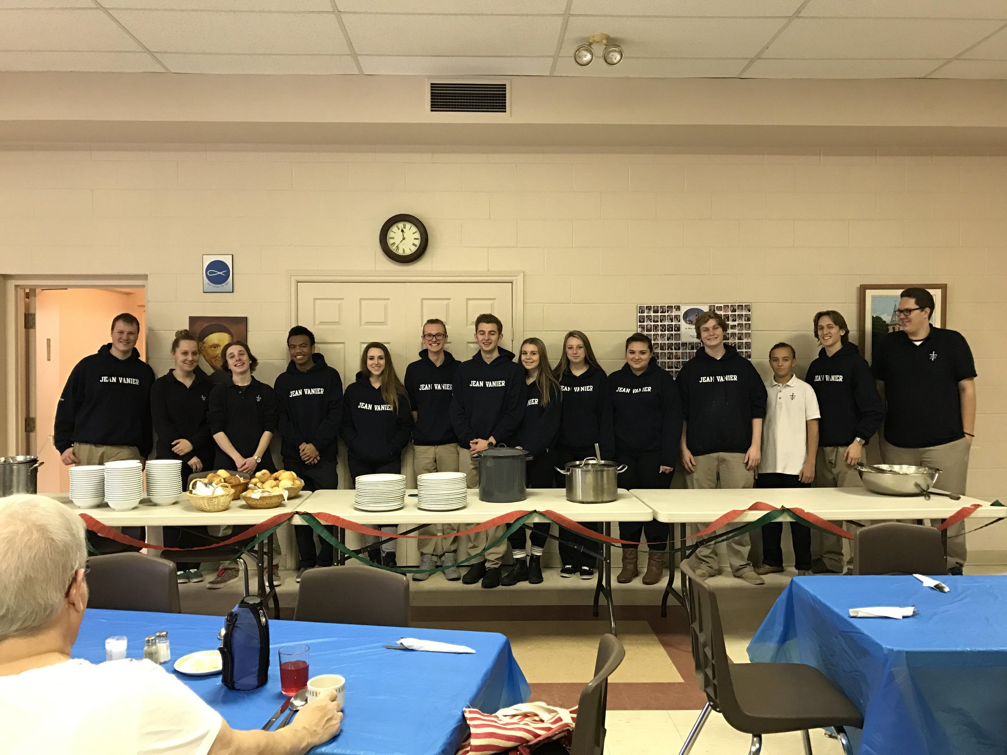 Hospitality #SMSM students from @SMCDSB Vanier in Collingwood prepared lunch at St. Mary's church, serving over 150 in 2 days.  Great work https://t.co/ygx3i3Pyjr