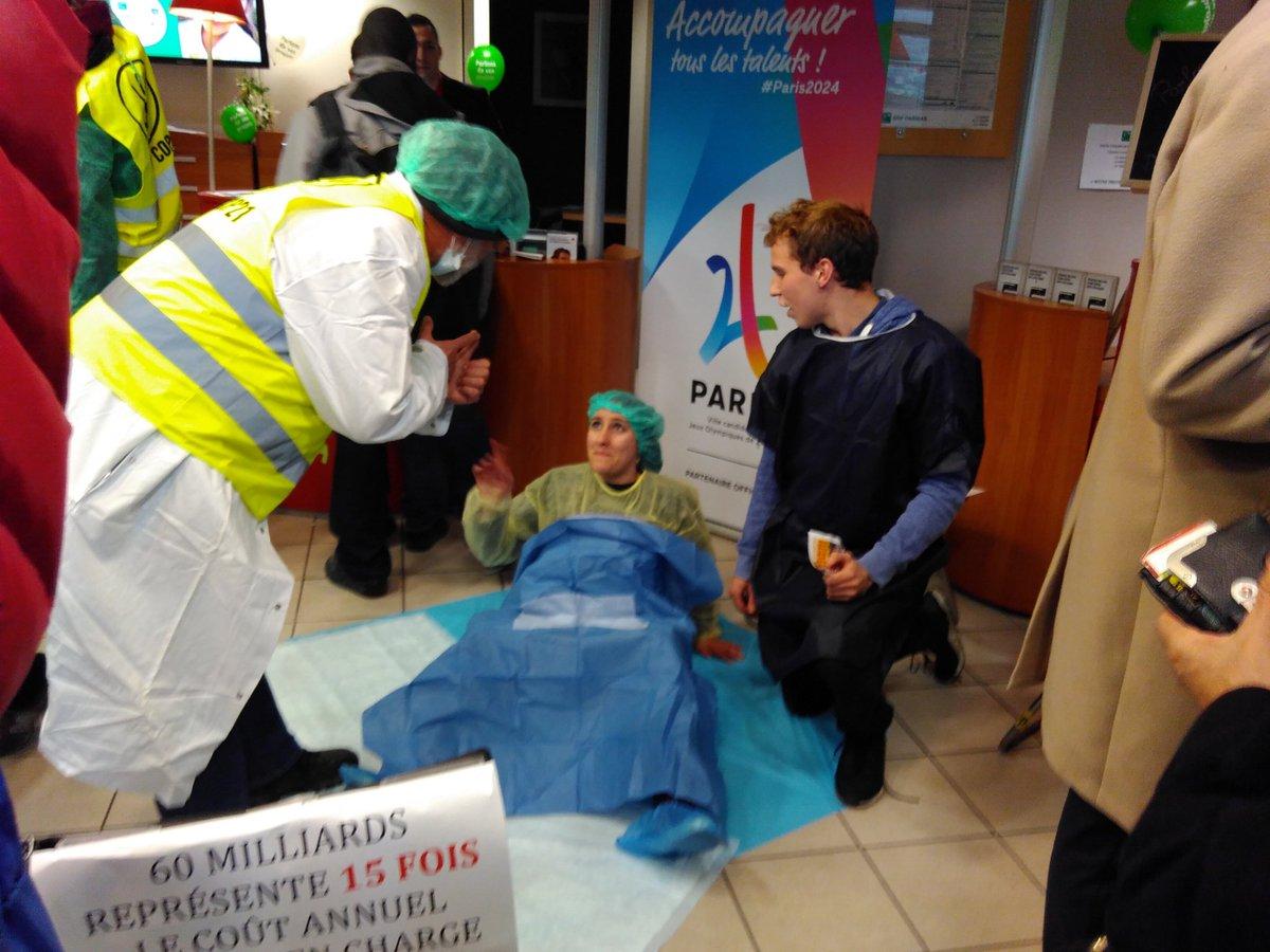 Salle d&#39;accouchement en cours d&#39;installation dans la @BNPParibas #EvasionFiscale #9janvier #OccupyBNP<br>http://pic.twitter.com/Hcm2zKoBji