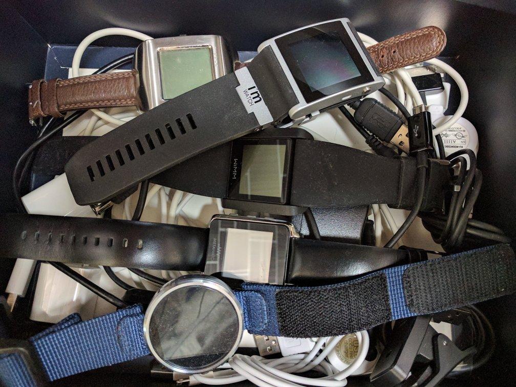 色々な腕時計もどきが生まれてそして死んでいった。。。pebbleもそうなるのか。。。 https://t.co/8qMr0WRy5k