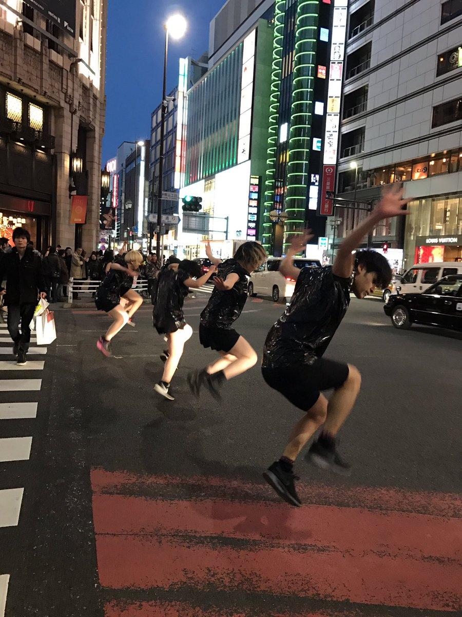 新宿3丁目の交差点でちょっとゲリラ的パフォーマンス。  街の風景に不思議な溶け込み方があって見入る。(写真に問題があるようでしたらご連絡ください。) https://t.co/VLDIqe9WjE