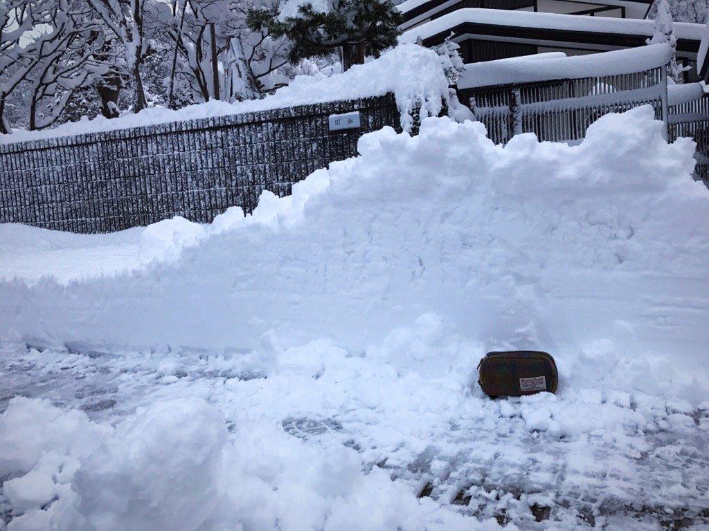 秋田県横手市。 冬将軍さま本気出して来た( ゚д゚) ポーチを高さ比較の為置いてみました。 我が家、今季初の雪の壁。  #yokote https://t.co/yltYlQ4E0h