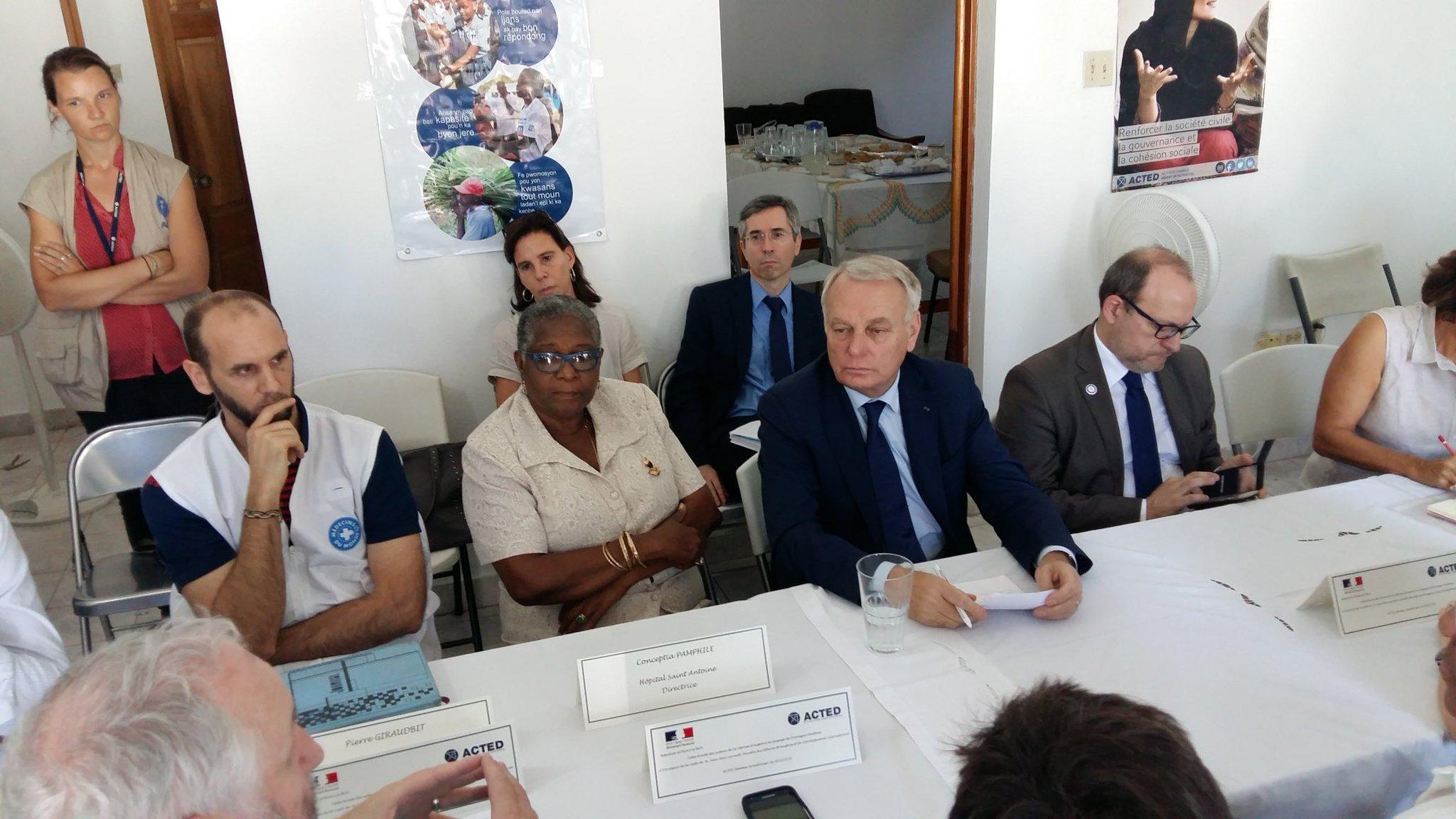À Jérémie, particulièrement touchée par l'ouragan Matthew, entretien avec plusieurs ONG. La France soutient leur indispensable action #Haïti https://t.co/nugXFzVmOp