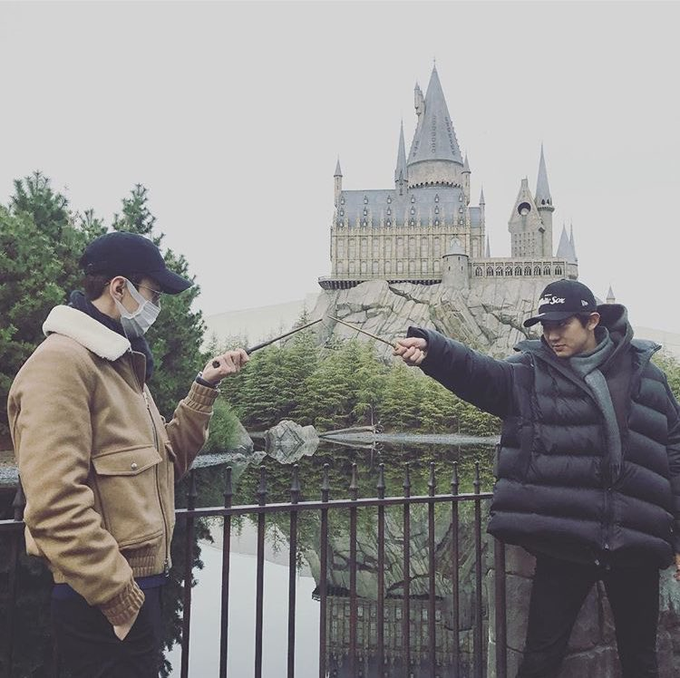 Sehun with Harry's wand and Chanyeol with Voldemort's. My fangirl cannot handle this much fangirling. https://t.co/mptiqRrHSF