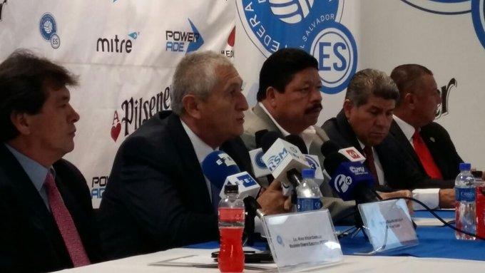Eduardo Lara Moreno es el nuevo tecnico de El Salvador. CzfjOKRUcAEYnuM