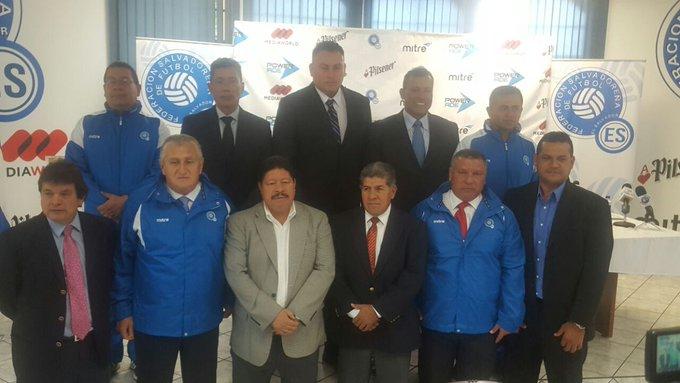 Eduardo Lara Moreno es el nuevo tecnico de El Salvador. Czfl4M5XgAActTp
