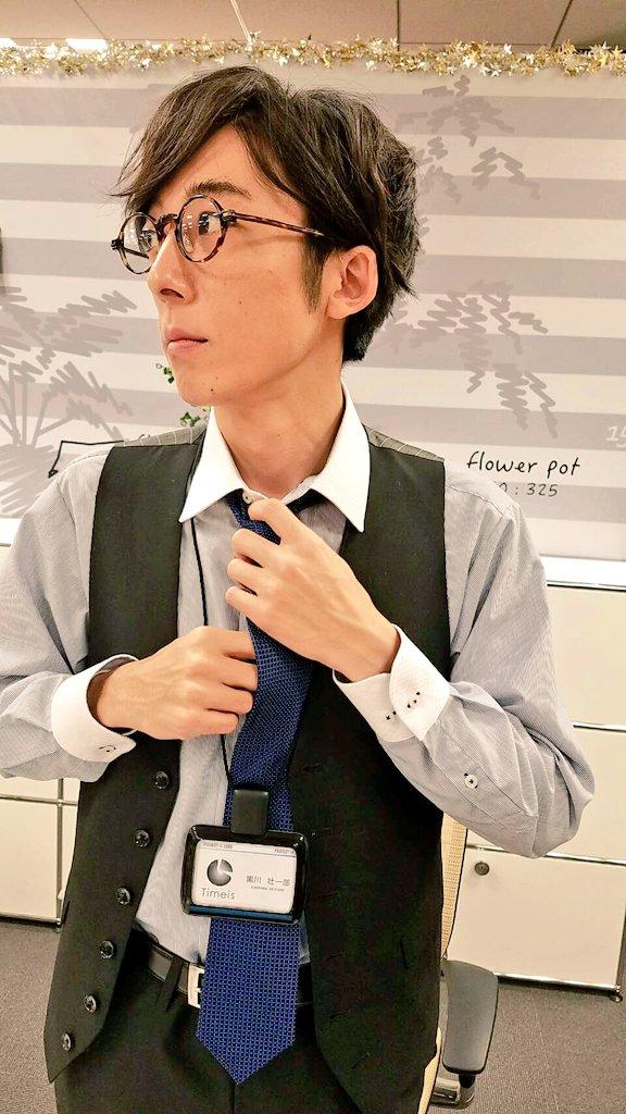 ネクタイをしめる高橋一生