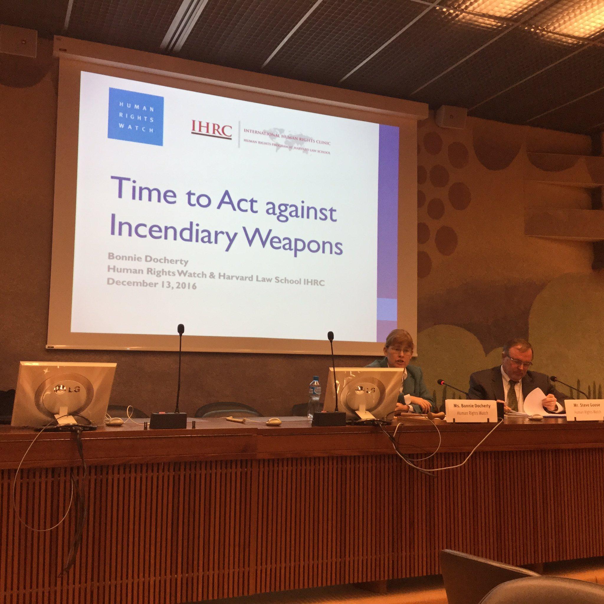 #CCWUN 2日目は、@hrw のサイドイベントから開始です。シリアで現在も使われている焼夷弾について。CCWの第三議定書は焼夷弾に関するものですが、定義が狭く、現在の使用については制限しきれていません。 https://t.co/H9nVqYdnv4