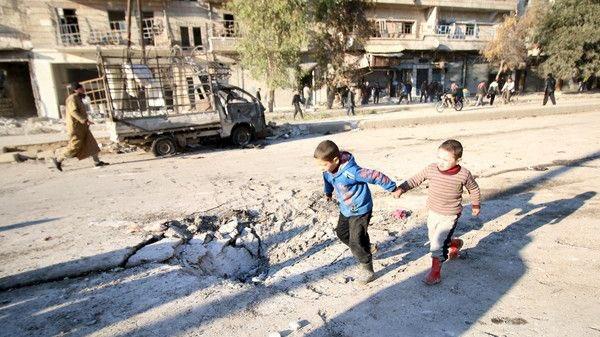 وبكيت حين رأيت طفلاً خائفاً عقبيه تدمى لائذاً بفرارِ  يا مسلمون ألا تهبوا نصرةً أوَ تسمعي يا أمة المليارِ  #حلب_تباد https://t.co/7j2oZ4TpMn