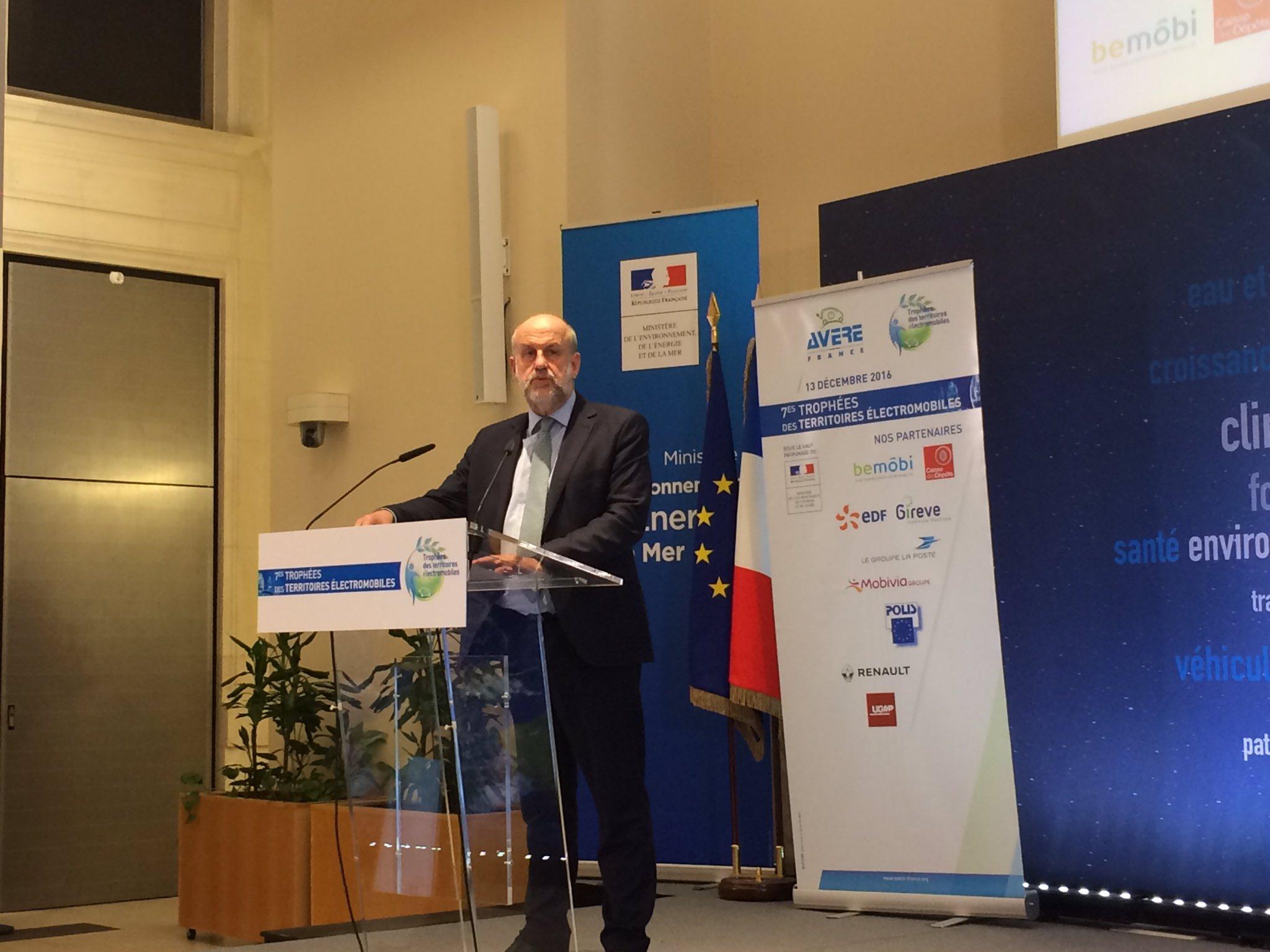 """Le président de l'@ademe Bruno Léchevin ouvre la soirée : """"la #mobilité #électrique est une des solutions contre la #pollution"""" #TrophéesVE https://t.co/HXhisWOsMt"""