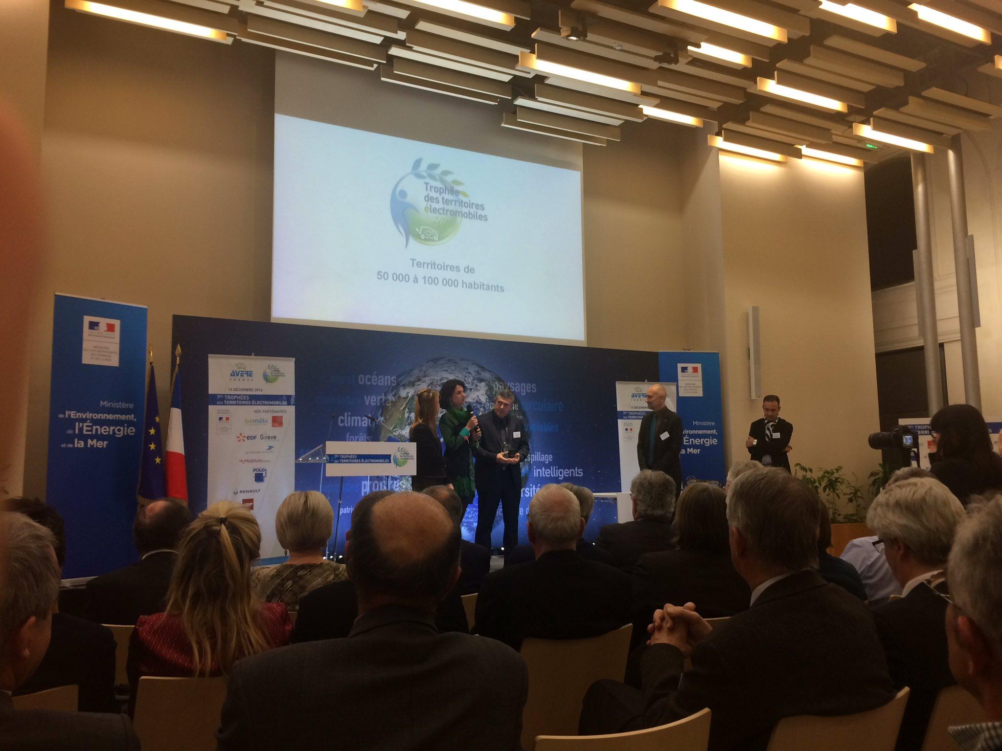 Prix des territoires 50/100kHab:  Agglo de La Roche sur Yon avec en particulier #CityCharge de #Bouygues_ES @anne_sicard #TrophéeVE https://t.co/8haEKHVE8z