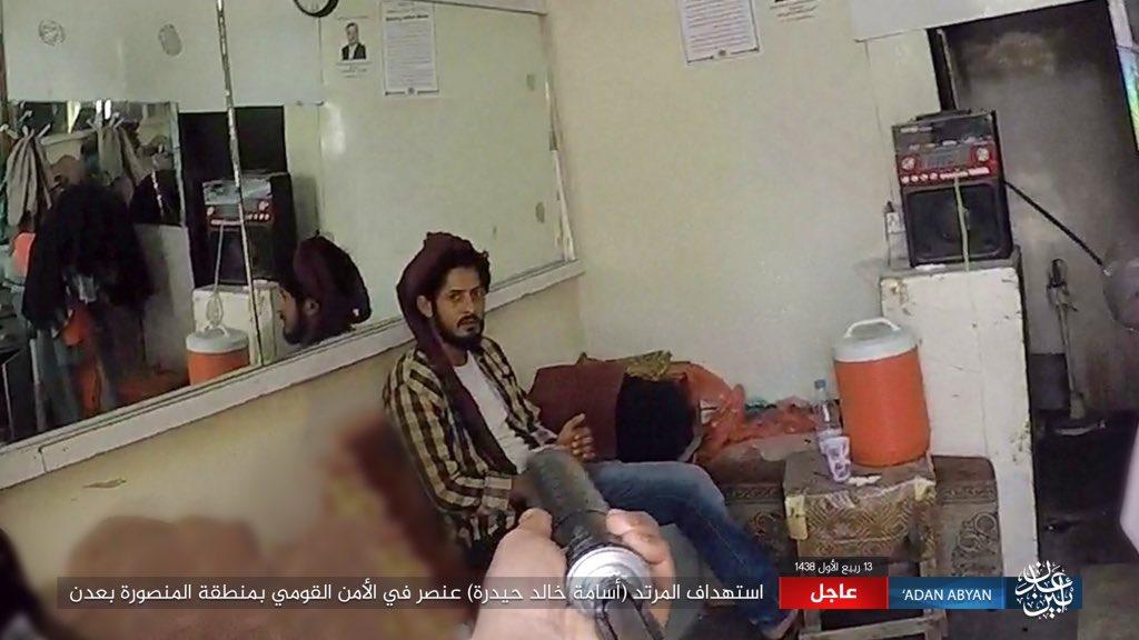 офицер службы безопасности свергнутого режима Хади смотрит на своего убийцу