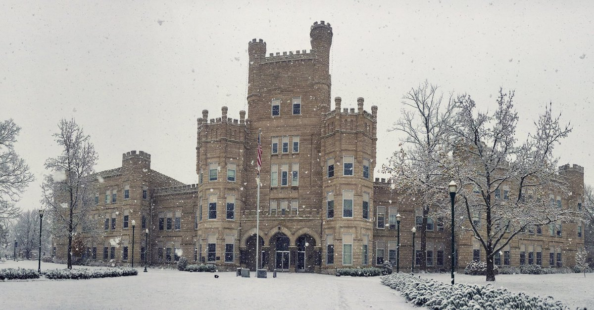 Old Main, looking magical in the snow. #eiu #winter #snow https://t.co/DmzGUWmsEi