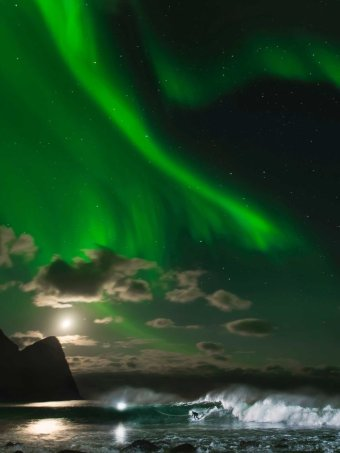 ... putting photoshop to shame ... this is Mick Fanning surfing under the northern lights of Norway https://t.co/A4Lb6YsxLU
