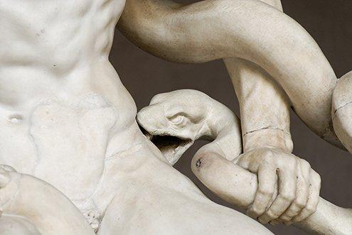 Detalle principal. Laocoonte intenta evitar con su brazo izquierdo ser mordido en la cadera por una de las serpientes #ASG #storart1 https://t.co/nty16iBbJu